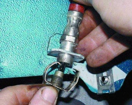 Подсоединяем тормозной шланг